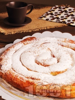 Сладка вита ябълкова баница от готови кори с плънка от локум, орехи, канела и пудра захар - снимка на рецептата